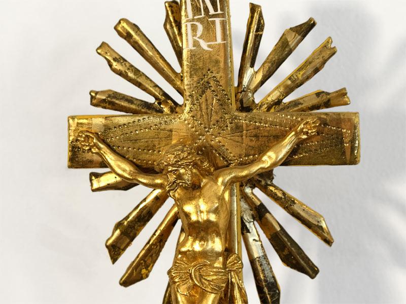 Branntwein vergoldetes Christus Kreuz mit Strahlenkranz