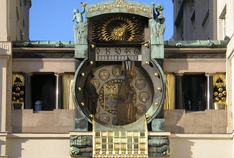 Restaurierung der Vergoldungsarbeiten an der Anker Uhr in Wien