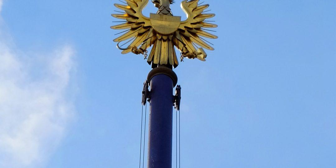 Vergoldete Reichsadler auf der Fahnenmaststange des österreichischen Parlaments