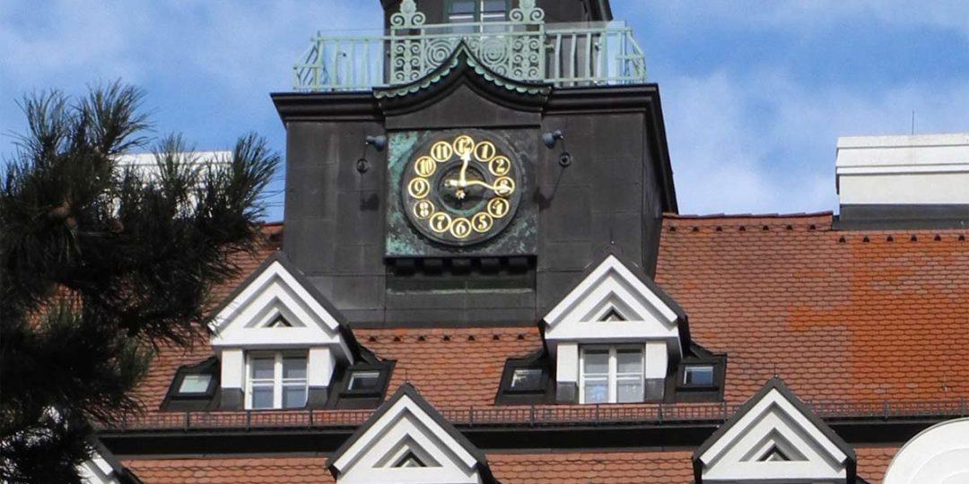 Vergoldung der Turmuhr der Kinderklinik Glanzing
