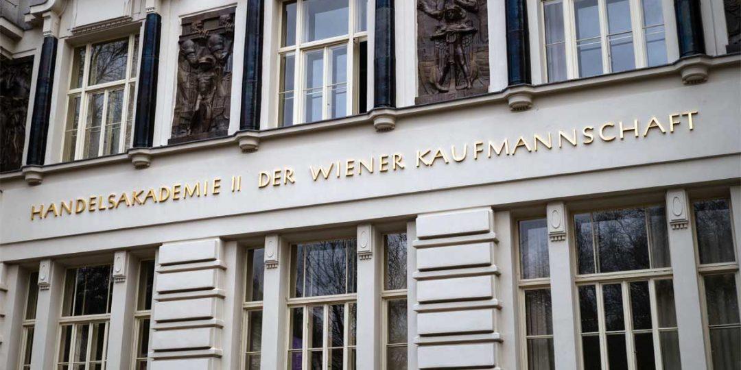 Vergoldung der Fassadenbuchstaben und Ornamente