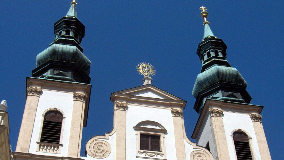 Vergoldung der barocken Kirchenkreuze und Fassadenornamente