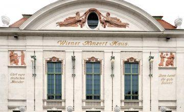 Vergoldung der Inschriften an der Fassade