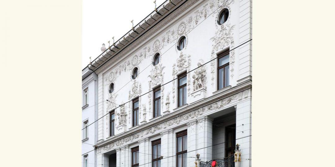 Vergoldung der Balkongitter und Dachgesims Ornamente