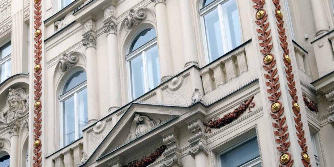 Vergoldung der Ornamente an der Hausfassade