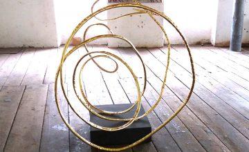 vergoldete Skulptur des Künstlers Julian Khol